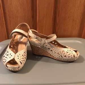 Earth dress sandals - taupe color. Size 8